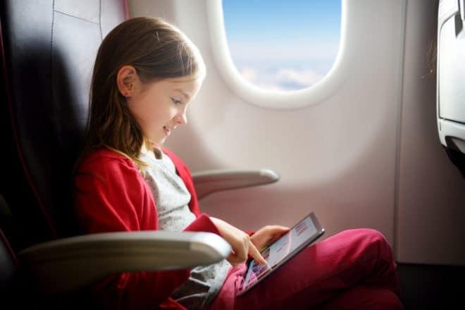 Photo d'illustration. Une fillette dans un avion.