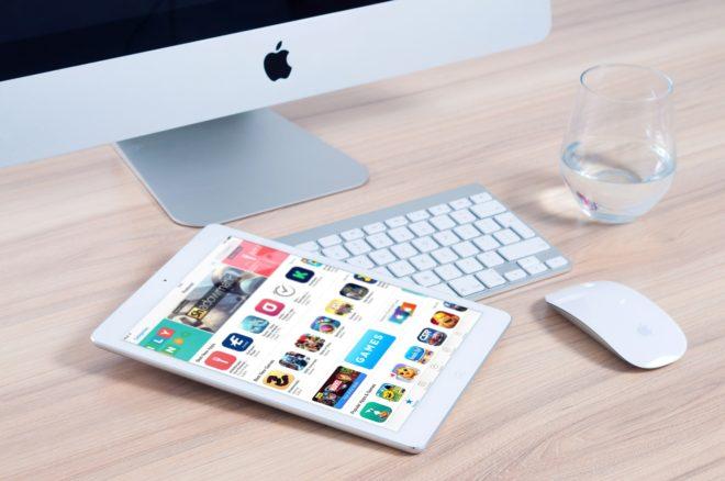 Illustration. Une tablette un ordinateur.