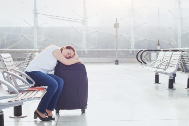 Illustration. Une femme dormant dans un aéroport.