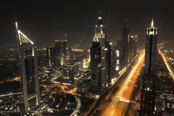 Vue nocturne de Dubaï.
