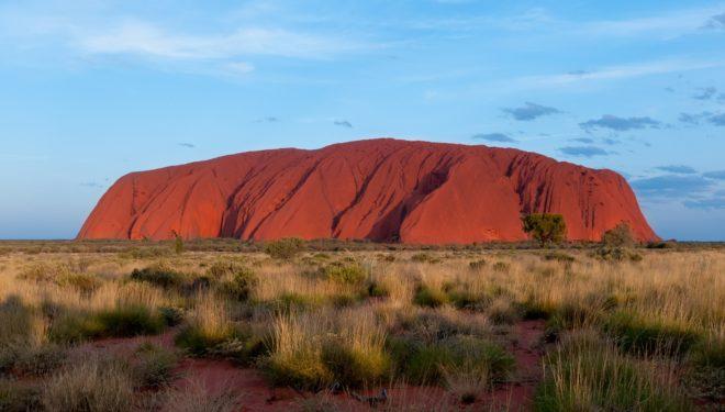 Uluru, formation rocheuse vénérée par les Aborigènes australiens.