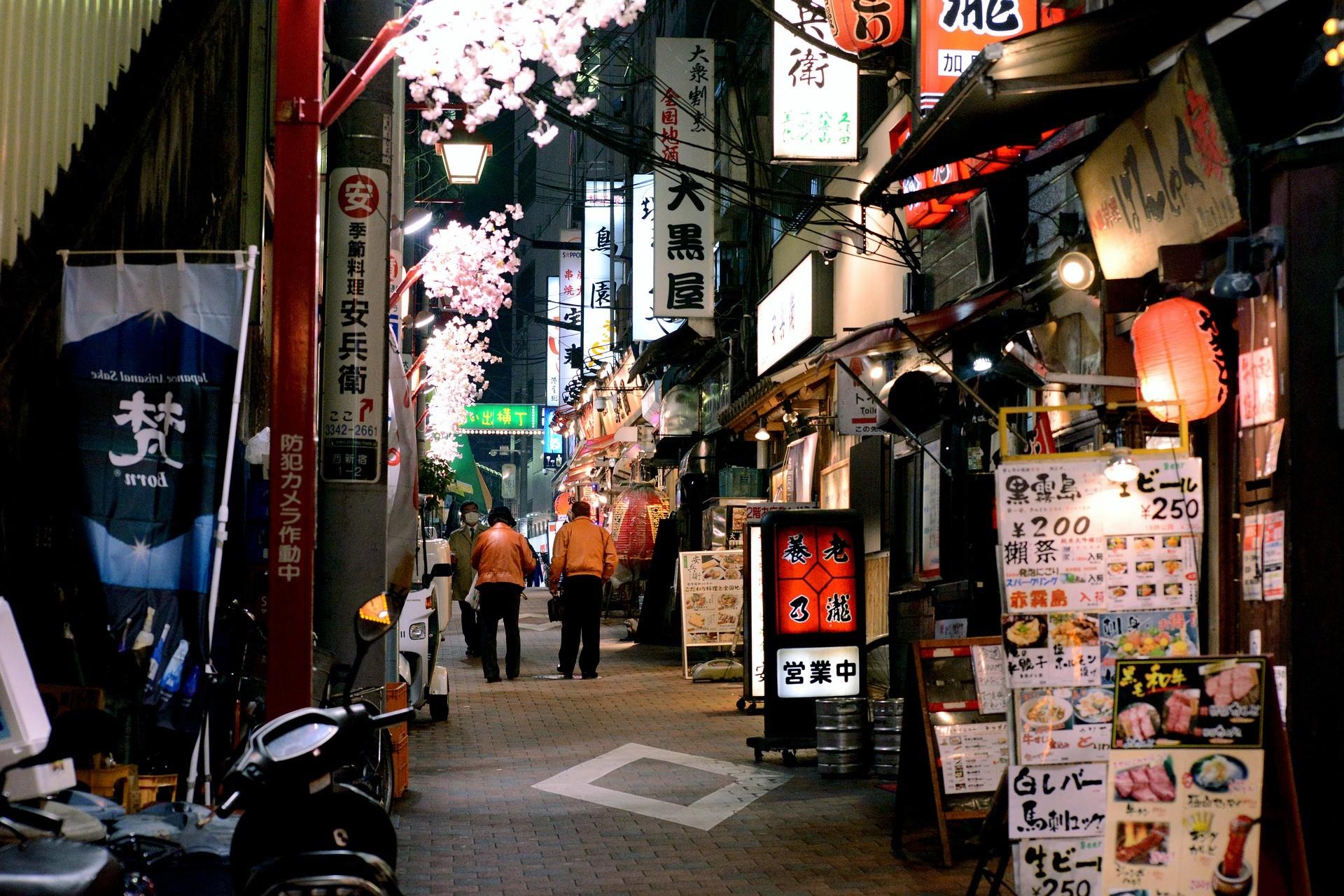 Une rue étroite de Tokyo.