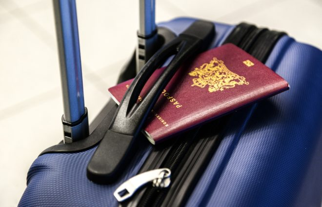 Un passeport, une valise.