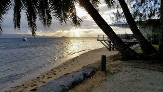 Illustration. Une plage dans les îles Fidji.