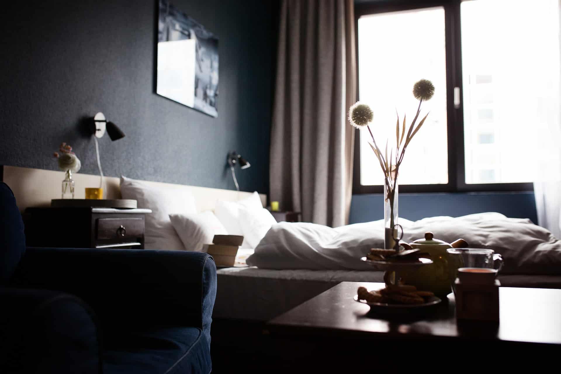 Une chambre d'hôtel.