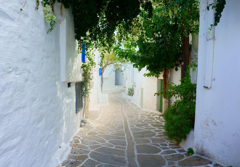 Une ruelle à Paros, Grèce.